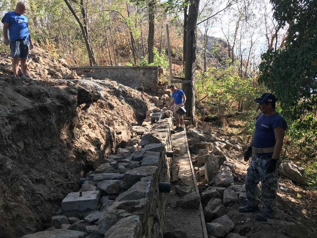 Възстановяване на падналата стена на Сахат тепе