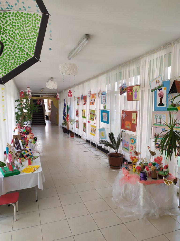 """С модно дефиле и изложба децата от ДГ """"Чучулига"""" отбелязаха Световния ден на рециклирането"""
