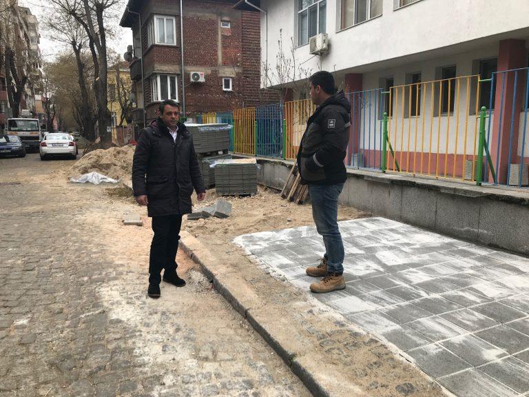 """Подменят тротоарните плочки пред детски градини в район """"Централен"""""""