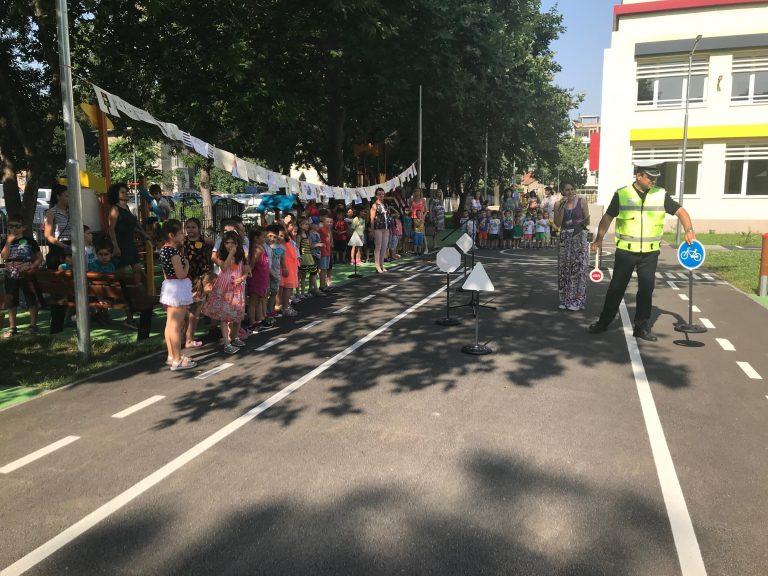 """Децата от ДГ """"Снежанка"""" се учиха на пътна безопасност на новата площадка в двора"""